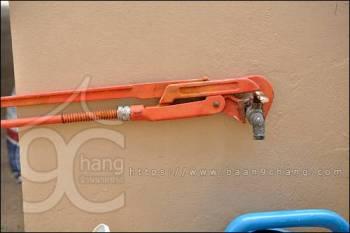 จับประแจ ให้ตั้งฉากกับก๊อกน้ำ ก่อนจะออกแรงขัน