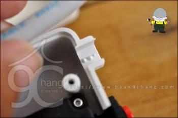 จุดที่สายไฟเข้า ออกแบบให้เป็นปุ่มแหลมเล็กๆ ช่วยยึดฉนวนของสายไฟ ไม่ให้สายขยับหลุดได้ดี