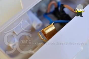 ขั้วเสียบปลั๊ก หรือขั้วไฟ เป็นทองเหลืองแท้ พับชิ้นงานเรียบร้อย และดูแข็งแรงดี